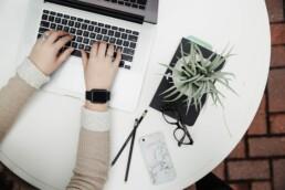 Digitala trender, person skriver på en laptop