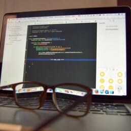 glasses on computer, coding, Frontend, backend- och embeddedutvecklare, development